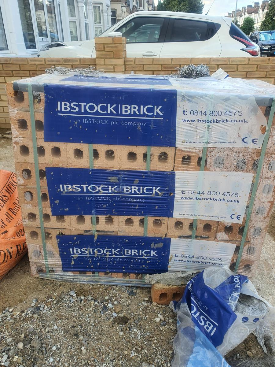 For Sale: 1 pallete ( 475 approx) of Hardwick Minster Cream Blend Bricks (unused still packed in original p   Image 1